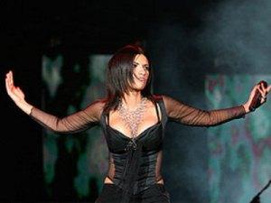 Laura Pausini muestra sus enormes pechos