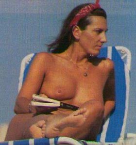 Pastora Vega topless en la playa