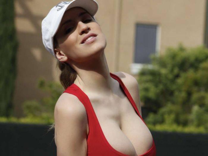 Jordan Carver, tetas bien sujetas, juega al tenis