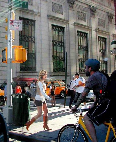 La paleta Bibiana Aido, enchufada y mimada de ZP, pasea su estrambótica vestimenta (pantalón corta con botas de media pierna, horror), excesiva incluso en una ciudad abierta como Nueva York