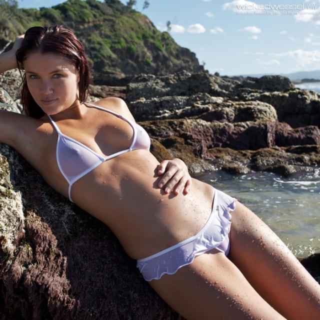 Bikinis transparentes, cuerpos radiantes