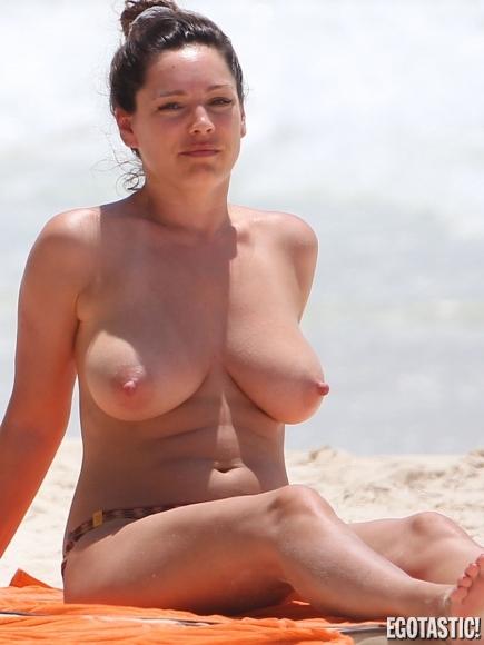 kelly-brook-topless-in-a-bikini-in-cancun-01