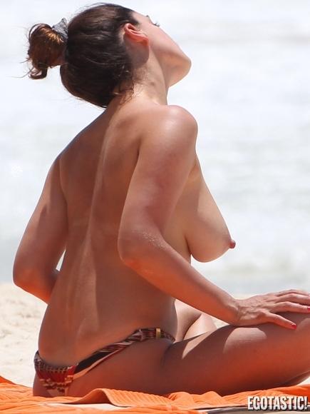 kelly-brook-topless-in-a-bikini-in-cancun-02