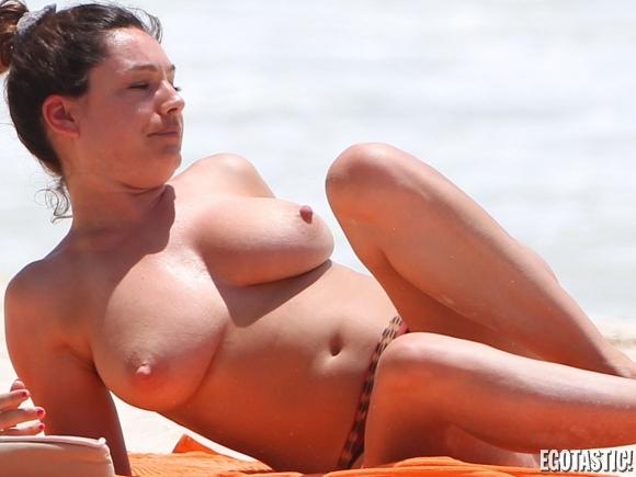 kelly-brook-topless-in-a-bikini-in-cancun-03