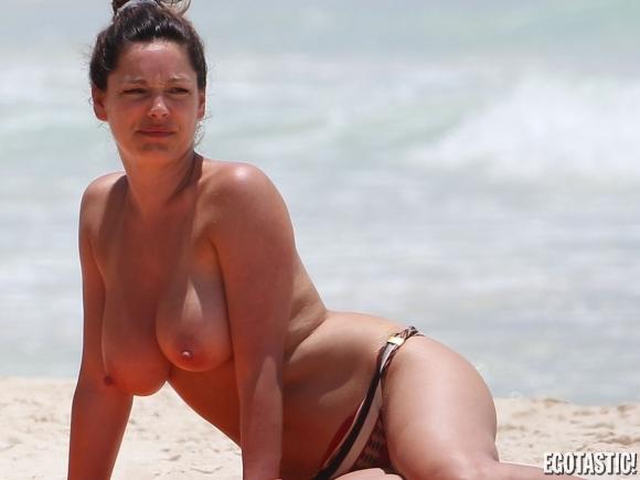kelly-brook-topless-in-a-bikini-in-cancun-