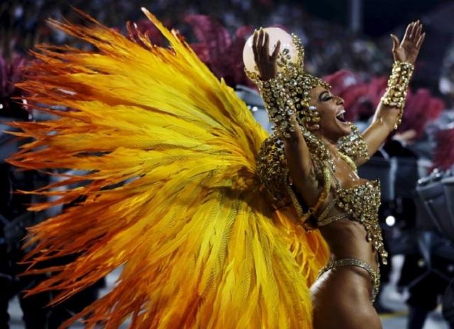Brazilian model Sabrina Sato parades for Gavioes da Fiel samba school during carnival in Sao Paulo, Brazil, February 6, 2016. REUTERS/Paulo Whitaker - RTX25P71