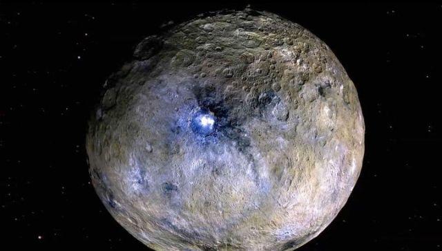 Imagen de Ceres, y el cráter Okkator superpuesta con filtros de color, lo que subraya la diferencia en los materiales de la superficie (Foto NASA --JPL-Caltech --UCLA -- MPS --DLR --IDA)