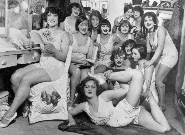 1924 Detrás de las escenas en el Moulin Rouge, París.