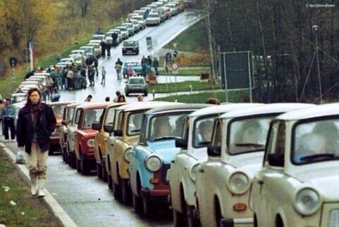 Las delicias del comunismo quedan patentes en esta foto de 1989. Los coches de la Alemania del Este (comunista) emprenden una huida masiva cuando se abren las fronteras por primera vez