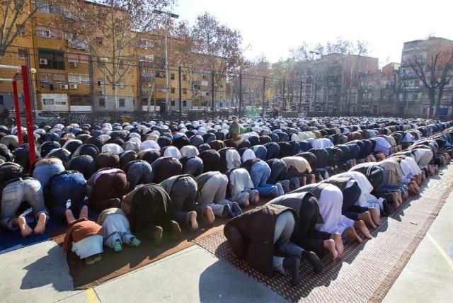 musulmanes-rezando-a-ala-en-una-calle-de-espana