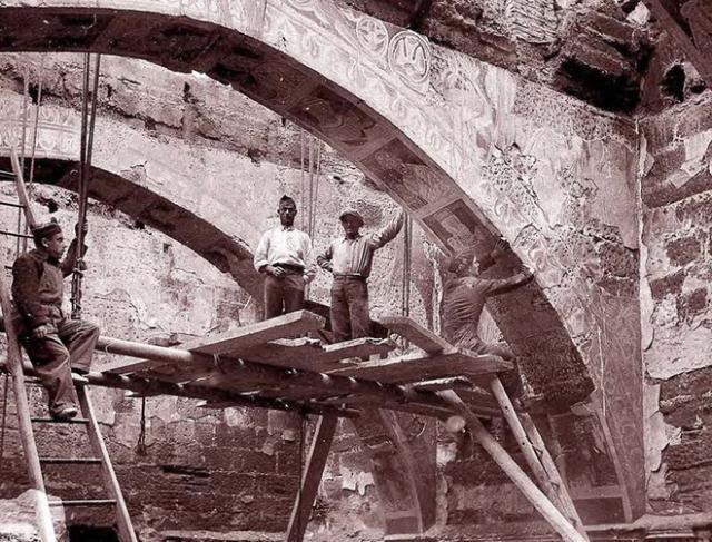 1936. El equipo de Josep Gudiol (que toma la foto) y vecinos del pueblo arrancan las pinturas de Sijena MNAC