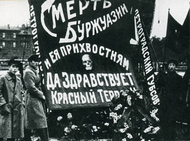 """Entierro de Uritski, Petrogrado, 1918. La pancarta dice: """"Muerte a los burgueses y sus adláteres. ¡Viva el Terror Rojo!""""."""